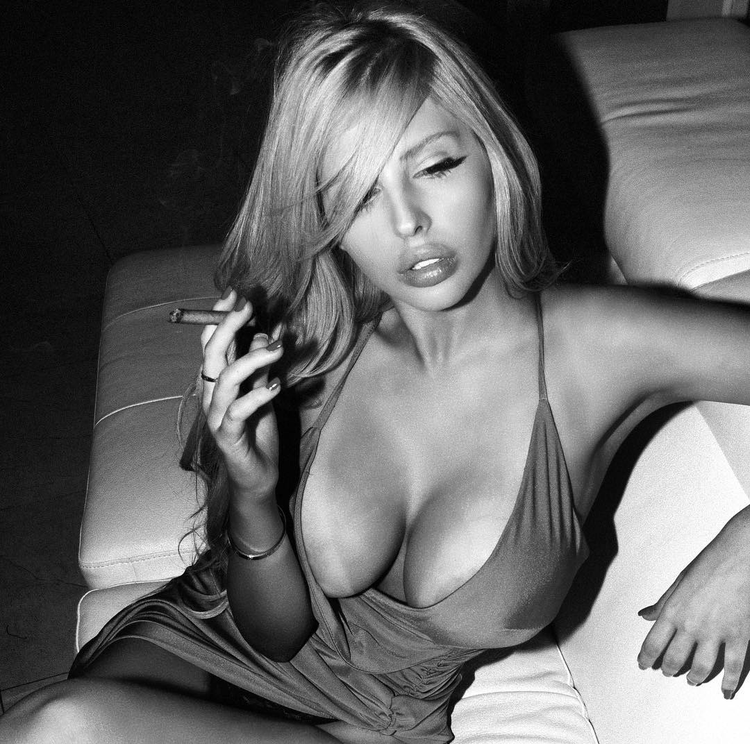 sexy naked female smokers