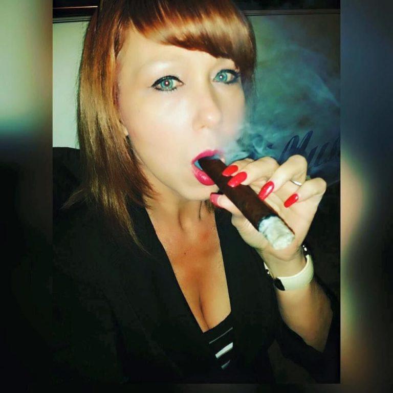 http://cigarmonkeys.com/wp-content/uploads/2018/05/Top-100-HOT-Cigar-Ladys-Selfie-22-768x768.jpg